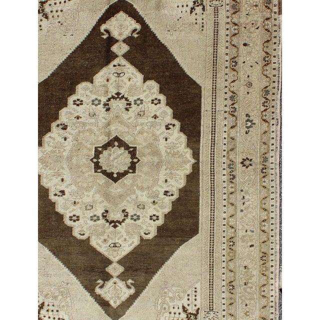 Keivan Woven Arts, Tu-Dur-445, Vintage Mid-Century Turkish Oushak Rug - 4′9″ × 7′8″ For Sale - Image 4 of 7
