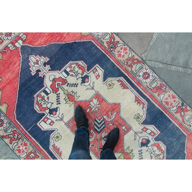 "House of Séance - 1950s Vintage Anatolian Floral Medallion Oushak Eregli Wool Hand-Knotted Rug - 4'3.5"" X 7'10"" For Sale - Image 9 of 11"
