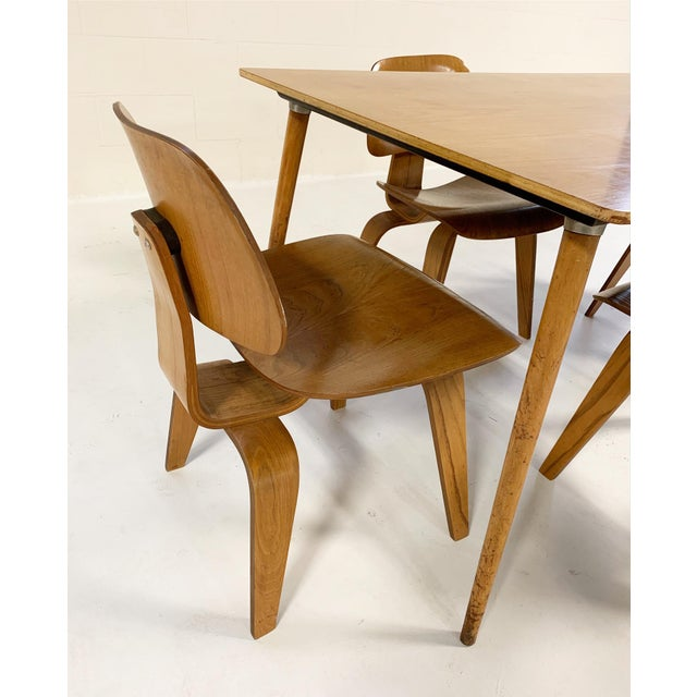 1950s 1950s Charles and Ray Eames for Herman Miller Dtw-3 Table & Dcw Dining Chairs - Set of 4 For Sale - Image 5 of 9