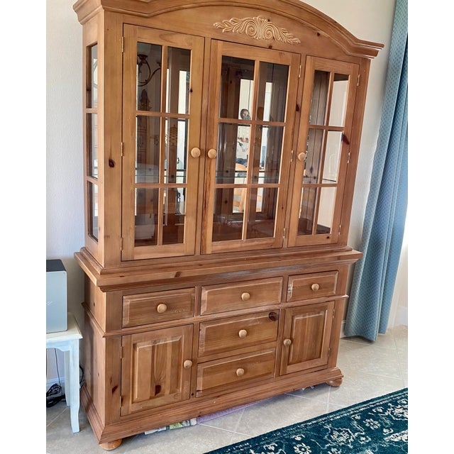 Broyhill Wood Dinning Room Set With Hutch in very good condition! Includes 6 chairs. Hutch has glass shelves for displays...