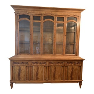 1963 J. L. Metz Mid Century Louis XV French Style China Cabinet For Sale