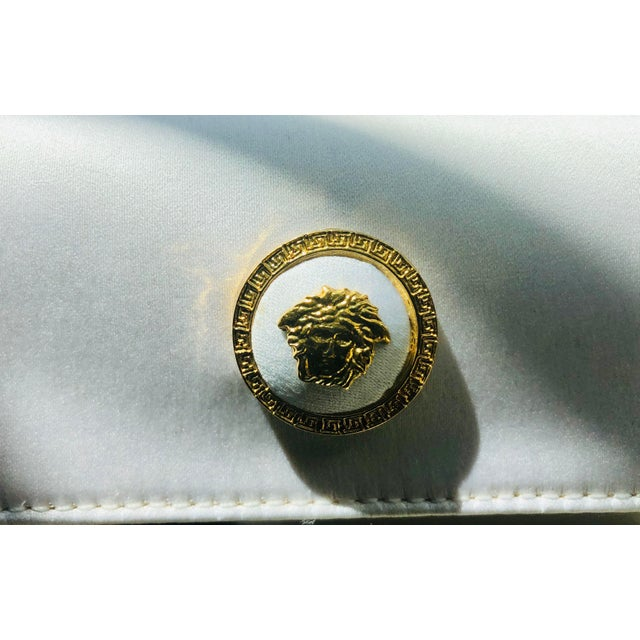 1980s Gianni Versace White Silk Medusa Purse With Gold Chain For Sale In New York - Image 6 of 13