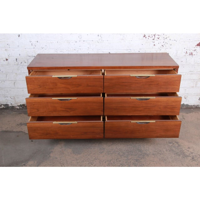 """1960s Kent Coffey """"The Tableau"""" Mid-Century Modern Walnut Six-Drawer Long Dresser or Credenza For Sale - Image 5 of 12"""