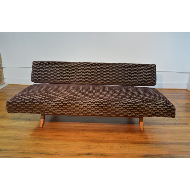 Knoll-Style Daybed in Geometric Cut Velvet - Image 4 of 7