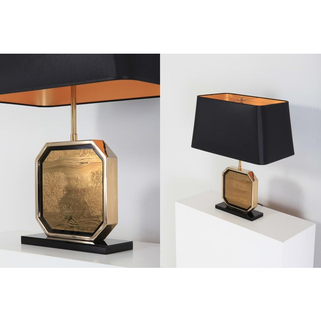 Hollywood Regency Table Lamp in 24-Karat Gold and Brass Etched Artwork by Maho For Sale - Image 6 of 10
