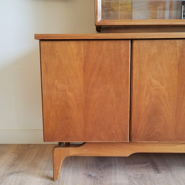 Mid 20th Century Vintage Mid-Century Modern Display Cabinet With Bi-Fold Doors For Sale - Image 5 of 13
