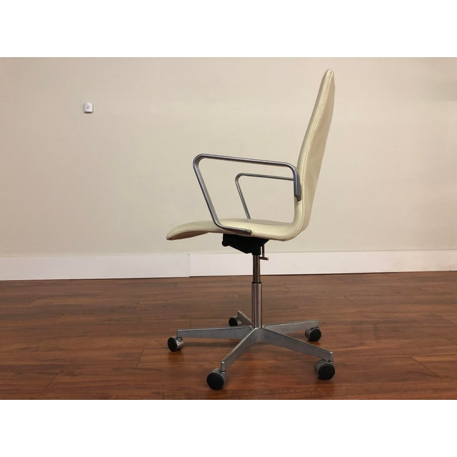 Authentic Arne Jacobsen for Fritz Hansen Oxford Rolling Office Chair in White Leather For Sale In Seattle - Image 6 of 13