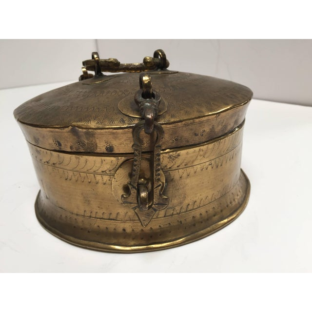 Anglo Indian Decorative Brass Lidded Tea Caddy For Sale In Los Angeles - Image 6 of 8