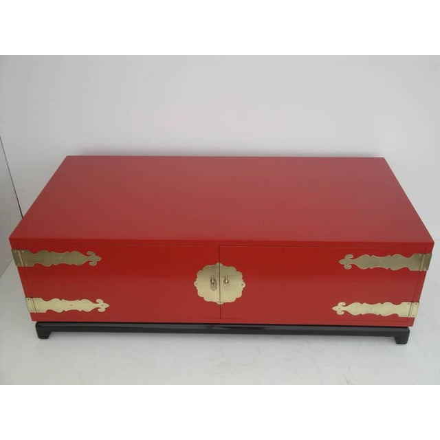 Henredon 1960s Asian Red Lacquered and Brass Coffee Table/Storage Chest For Sale - Image 4 of 11
