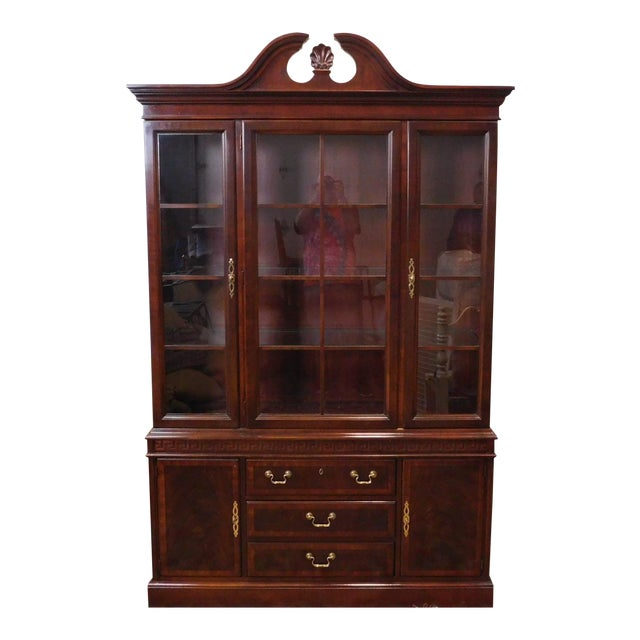 https://chairish-prod.freetls.fastly.net/image/product/sized/ba8039ef-d7d7-48f4-b490-45e41b593320/good-mahogany-drexel-heritage-chippendale-style-dining-room-china-cabinet-1990s-2716?aspect=fit&width=640&height=640