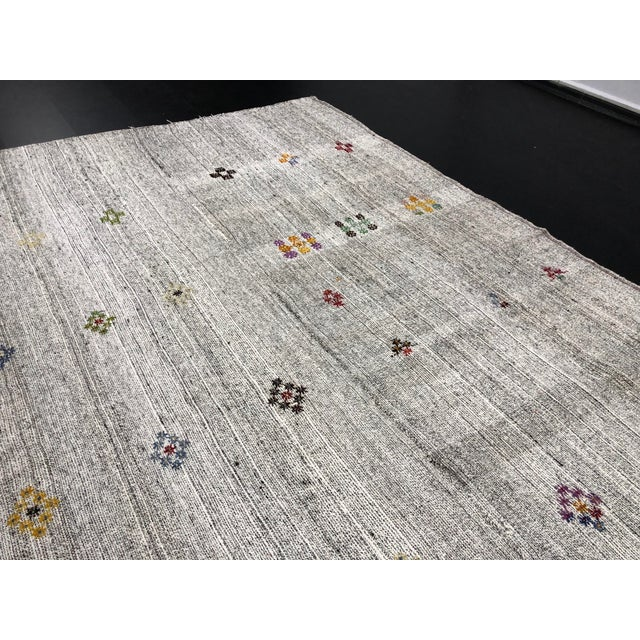 1960s Vintage Floral Patterned Traditional Turkish Anatolian Aztec Handwoven Kilim Rug- 6′10″ × 11′3″ For Sale - Image 9 of 11
