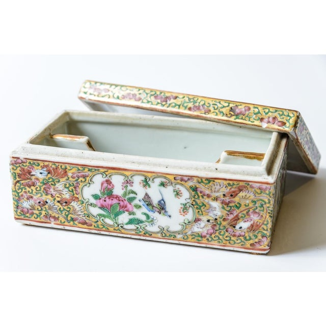 Beautiful, Rose Medallion porcelain box. China C. Mid 19th Century.