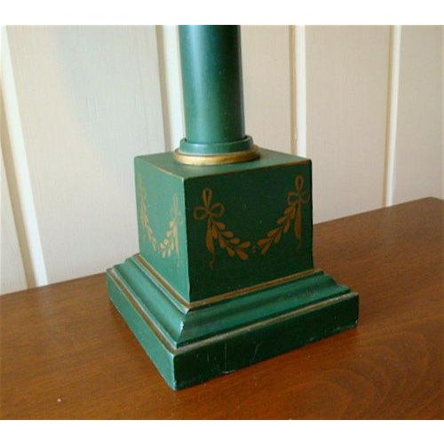 French Neoclassical Green Tole Column Table Lamp For Sale - Image 4 of 6