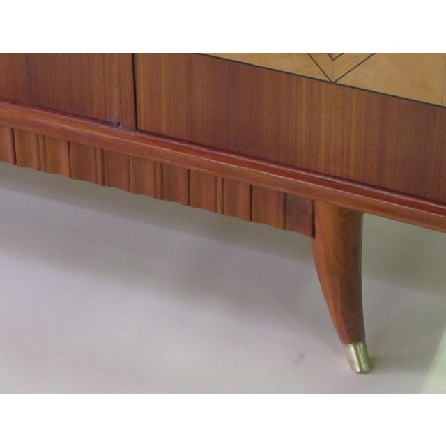 1950s An exceptionally long and superb quality Italian mid-century 5-door walnut and sycamore incurved sideboard in the manner of Paolo Buffa For Sale - Image 5 of 7