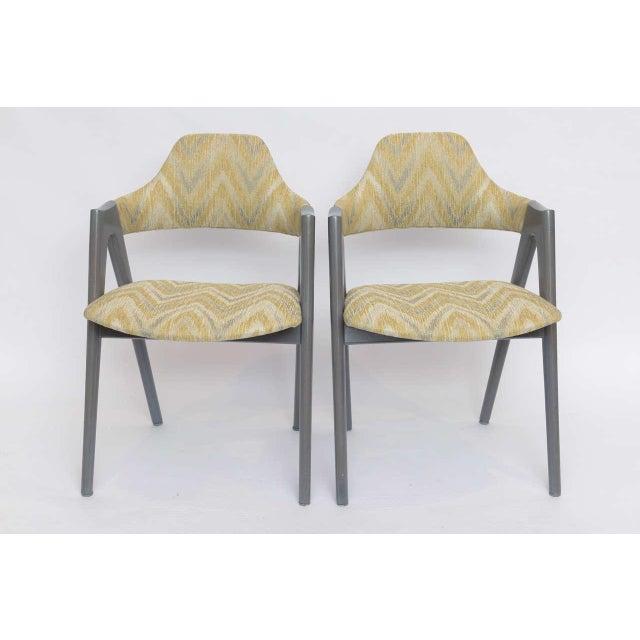 Mid-Century Modern Scissor Design Vintage Sidechairs in Zigzag Fabric For Sale - Image 3 of 10