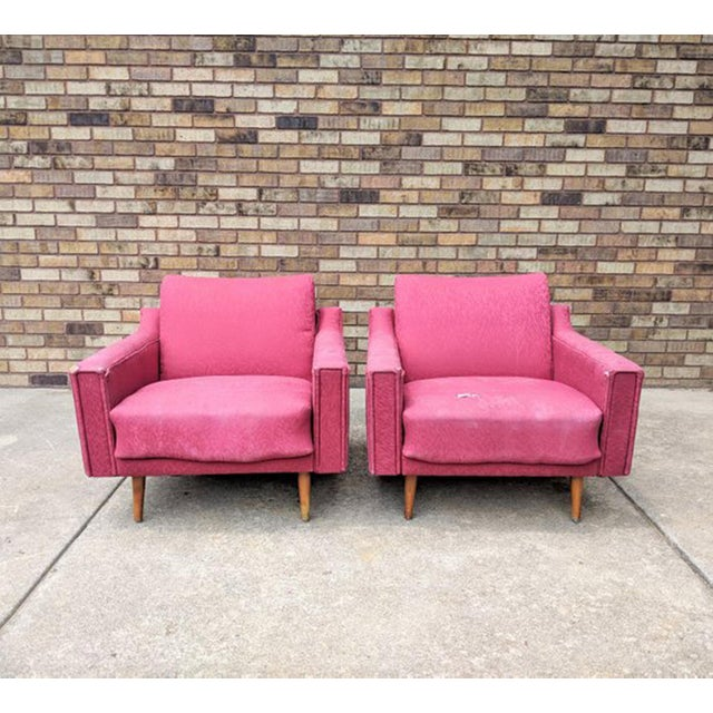 Available for sale a pair of mid century modern lounge chairs, in the style of Lawrence Peabody. This fabulos pair of...