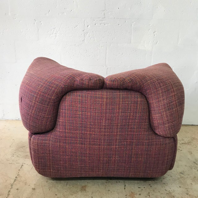 "Mid 20th Century Pair of Pink Tweed ""Confidential"" Chairs by Alberto Rosselli for Saporiti Italia For Sale - Image 5 of 8"