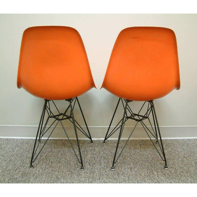 """1950s Pair of Charles and Ray Eames Orange Dsr Fiberglass """"Eiffel Tower"""" Side Chairs For Sale - Image 5 of 8"""