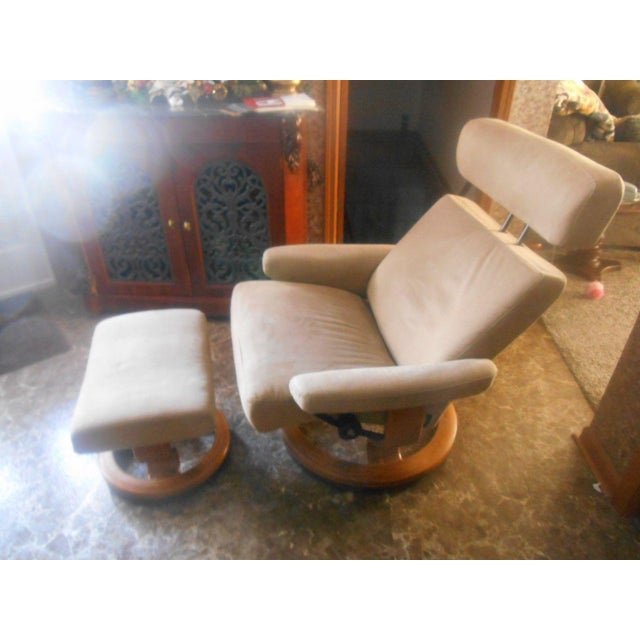 Ekornes Stressless Taurus Recliner & Ottoman For Sale - Image 5 of 8