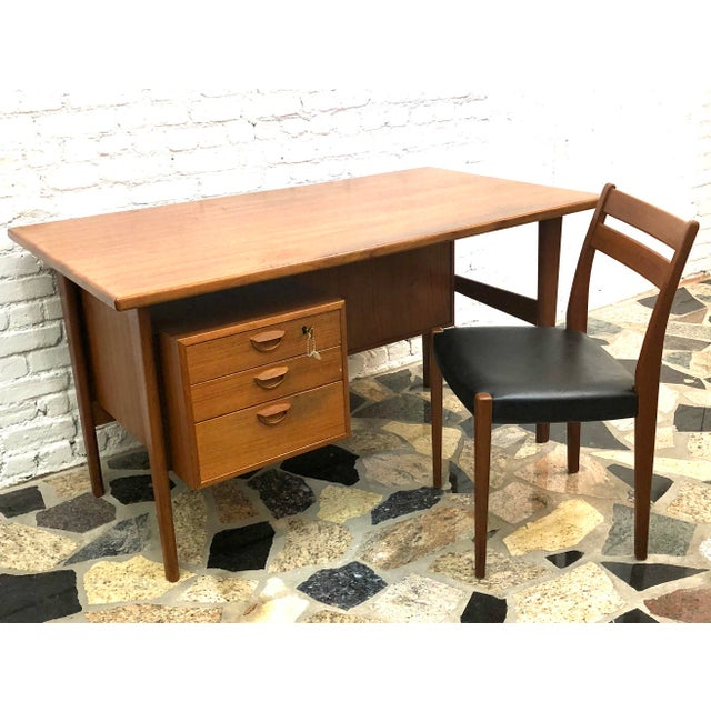 Very functional and elegantly designed 2-sided desk in Teak. In the style of Arne Vodder and Peter Lovig Nielsen. Includes...