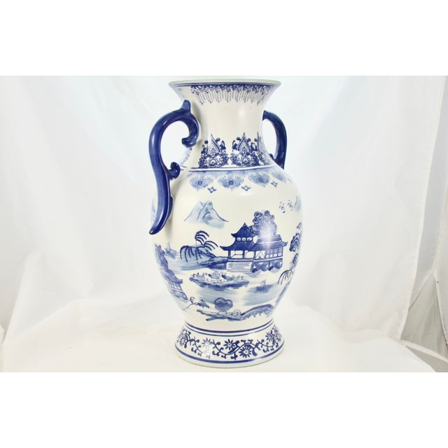 Late 20th Century Chinoiserie Blue & White Urn For Sale - Image 5 of 7