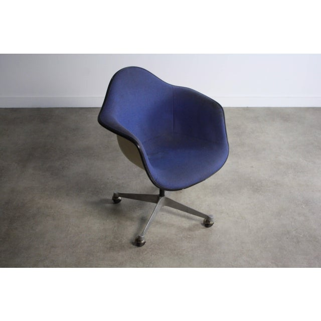 Mid-Century Modern Charles Eames for Herman Miller Mid-Century Chair For Sale - Image 3 of 6
