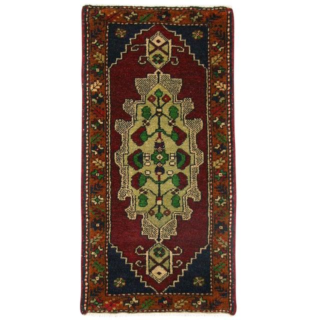 Medallion Yastik Turkish Carpet -- 1'7 x 3'1 For Sale