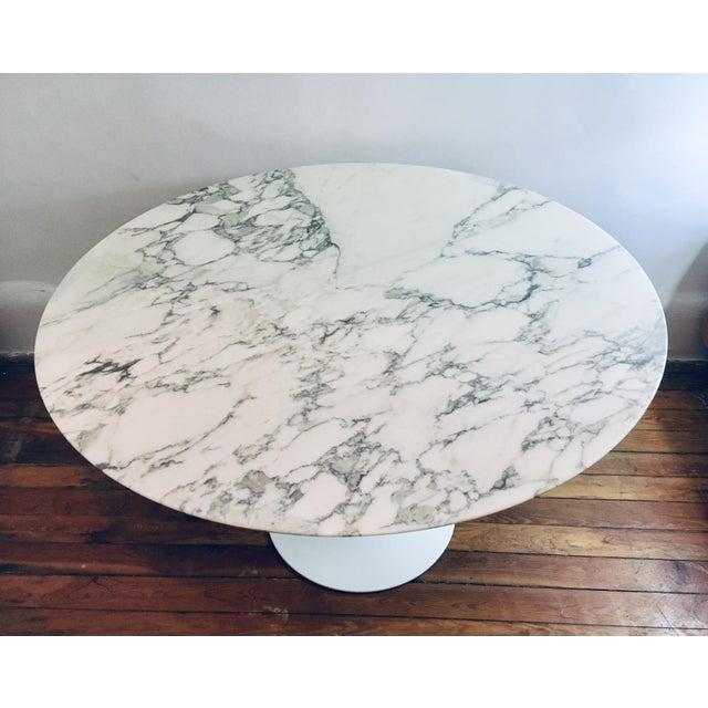 "2010s Mid Century Modern Eero Saarinen Knoll 48"" Tulip Marble Dining Table For Sale - Image 5 of 10"