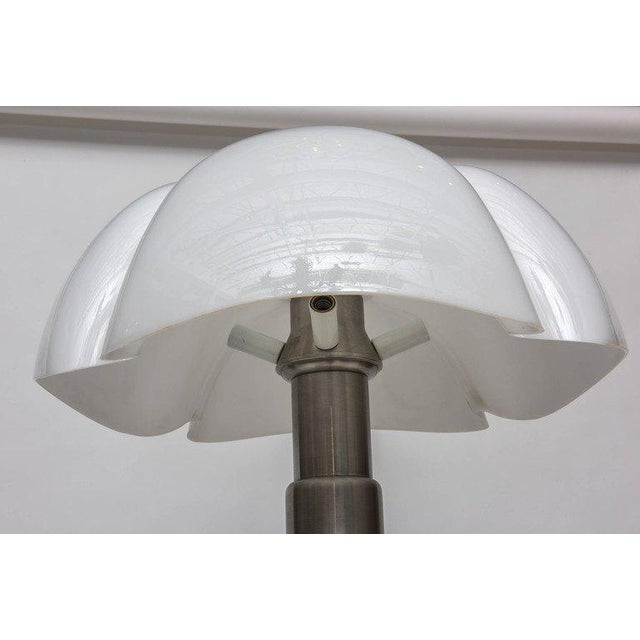 """White """"Pipistrello"""" Table Lamp by Gae Aulenti for Martinelli Luce For Sale - Image 8 of 11"""