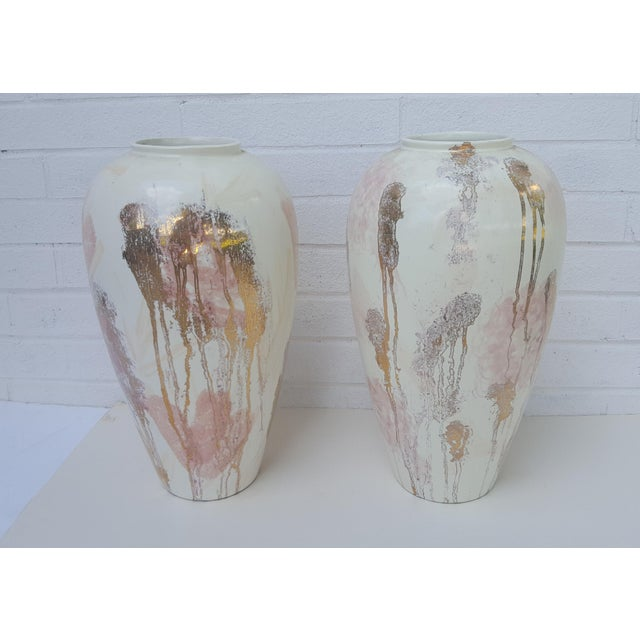 A Pair- Mid Century Vanguard Studios Pottery Abstract Liquid Gold and Pastel Pink Abstract Splatter Vases For Sale - Image 12 of 13