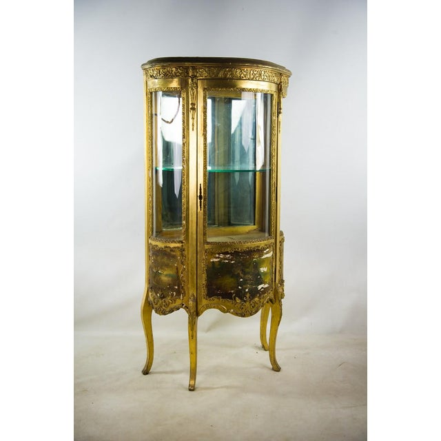 French French Louis XV Giltwood and Curved Glass Curio Cabinet For Sale - Image 3 of 13