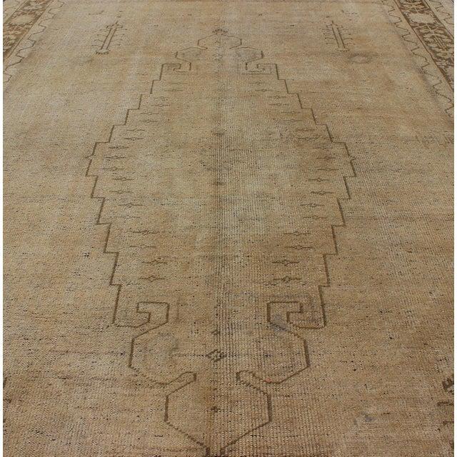 Textile Keivan Woven Arts, Tu-Erd-05, Vintage Mid-Century Turkish Oushak Rug - 5′4″ × 9′3″ For Sale - Image 7 of 8