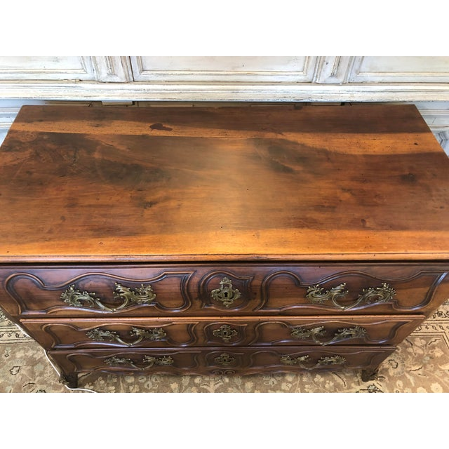 18th. C. French three-drawer bombé chest with a rounded rectangular top sitting above three elegantly carved drawers...
