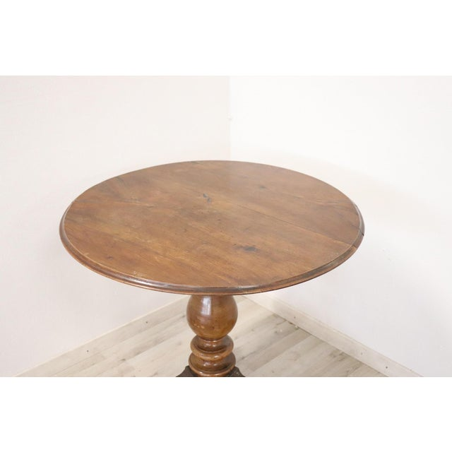Beautiful important antique round centre table 1850 in walnut. Table with elegant turned central leg. Idea table to...