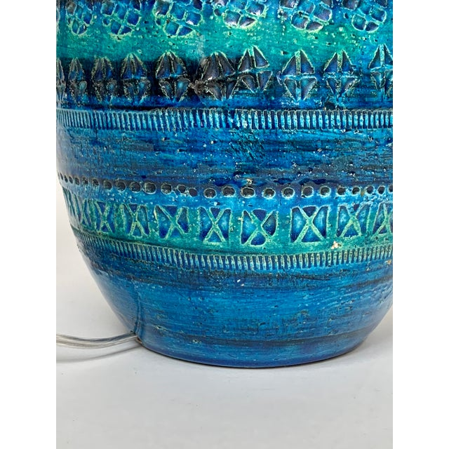 1960s 1960s Mid-Century Modern Rimini Blu Ceramic Lamp by Aldo Londi for Bitossi Italy With Shade For Sale - Image 5 of 13
