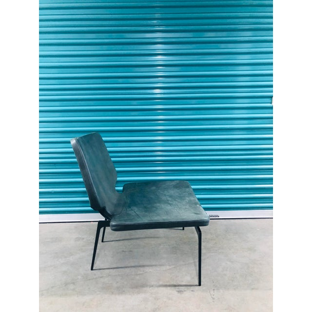 The neat design style with hints to the art world of Roberto Lazzeroni characterises this lounge chair. Elegant re-...