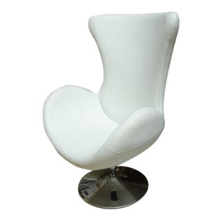 White Leather Egg Chair in the Manner of Arne Jacobsen For Sale