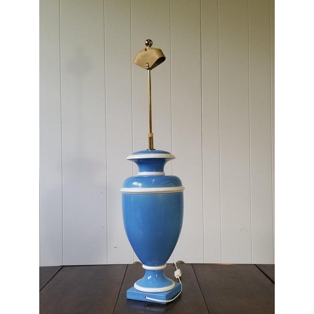 Hollywood Regency Vintage Italian Ceramic Urn Lamp in Blue and White For Sale - Image 3 of 7