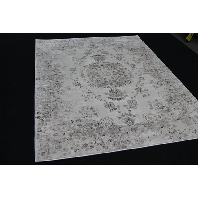 Transitional Distressed Gray Rug - 5'3'' x 7'7'' For Sale - Image 5 of 8