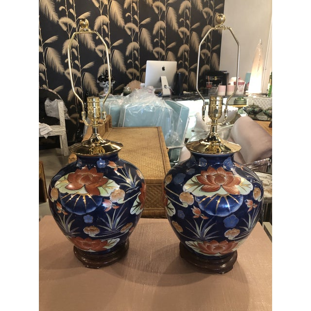 Vintage Chinoiserie Navy Blue & Orange Lotus Floral Brass Pagoda Table Lamps - a Pair For Sale - Image 13 of 13