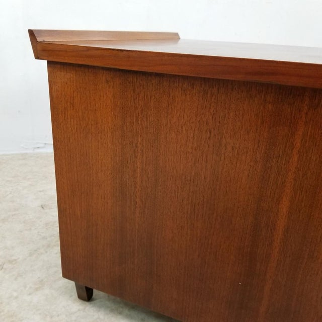 Beautiful mid century square center table made by Lane Altavista. The condition is very good. The table shows a flower...