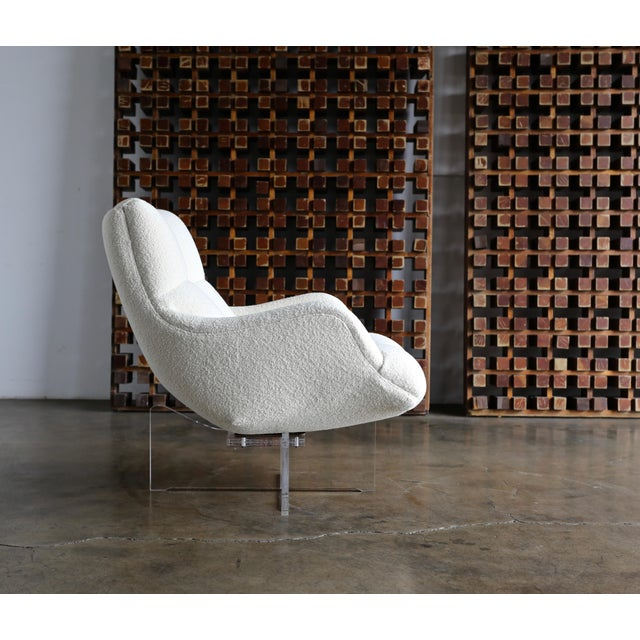 Mid-Century Modern Vladimir Kagan Lucite and Bouclé Swivel Lounge Chair Circa 1970 For Sale - Image 3 of 13