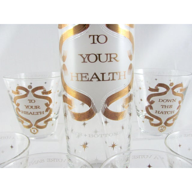 """Mid-Century Modern Mid-Century Modern """"To Your Health"""" Gold Sunburst Glass Cocktail Pitcher Set - 8 Piece Set For Sale - Image 3 of 13"""