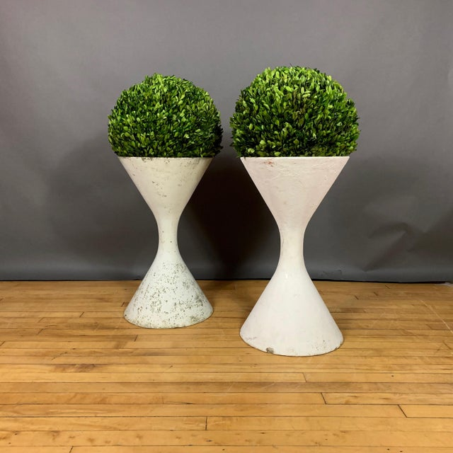 "Neoclassical Pair of 25"" Willy Guhl Diablo Hourglass Planters For Sale - Image 3 of 11"