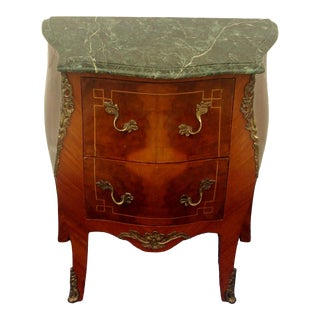 1980s French Louis XV Style Marble Top Side Table With Brass Accents For Sale