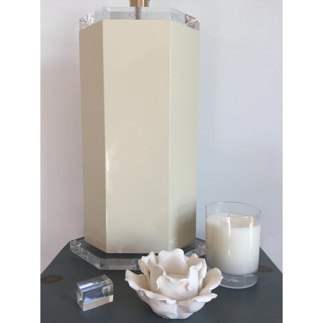 Mid-Century Modern Off White Lacquer Hexagon Lamp with Lucite Base & Finial For Sale - Image 3 of 5