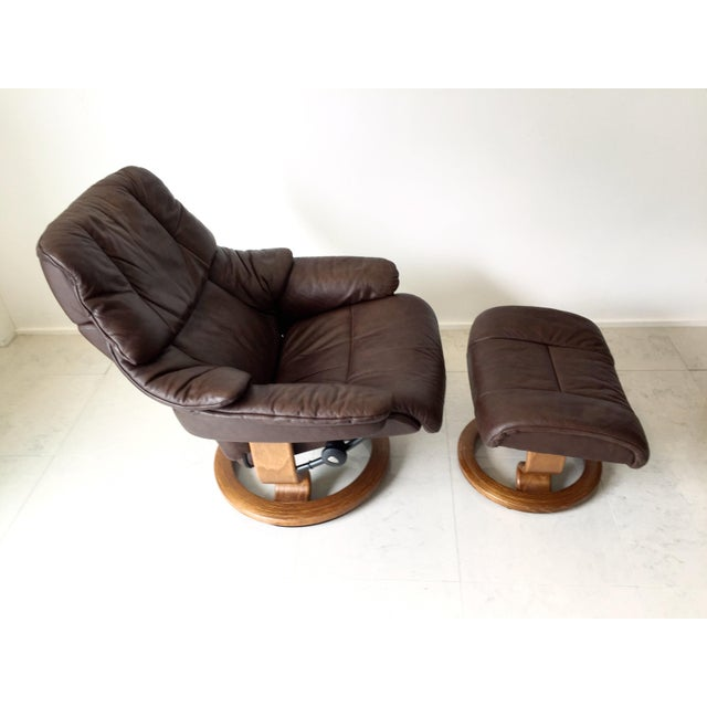 Comfort is KING with this vintage Ekornes iconic stressless lounge chair and ottoman set. In absolutely excellent...