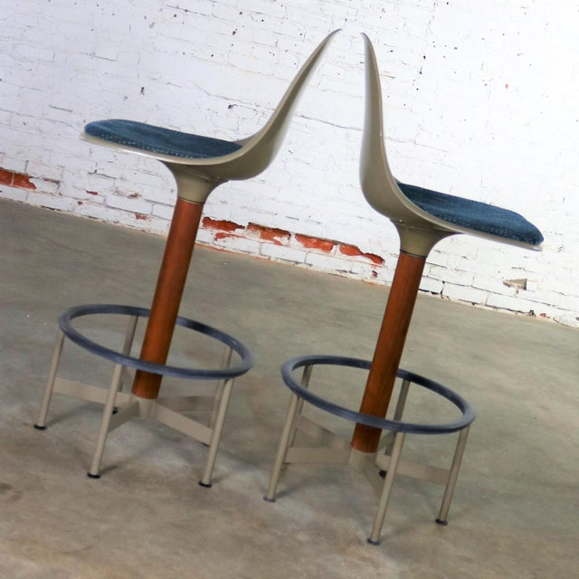 Mid-Century Modern Pair of Burke Swivel Bar Stools Mid Century Modern Fiberglass Shell and Upholstered Seat Pads For Sale - Image 3 of 13