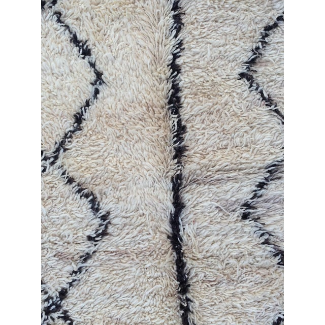 1980s Beni Ourain rug- 5′ × 7′ For Sale - Image 4 of 8