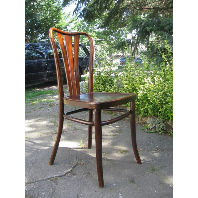 This set of six chairs was made in the 1930s by Austrian company Thonet. The chairs feature bentwood frames and a plywood...